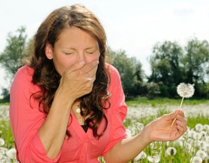 woman-allergies-sneezing